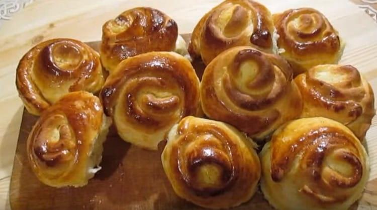 Такие булочки с творогом в духовке получаются очень вкусными.
