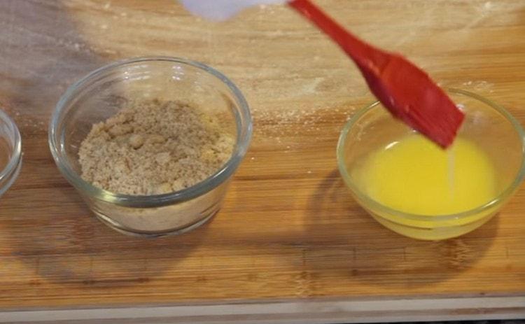 Для смазывания теста понадобится растопленное сливочное масло.