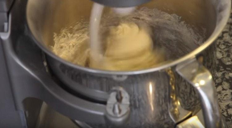 Тщательно вымешиваем тесто.