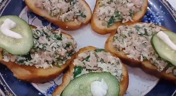 При подаче такие бутерброды можно дополнительно украсить майонезом. зеленью.