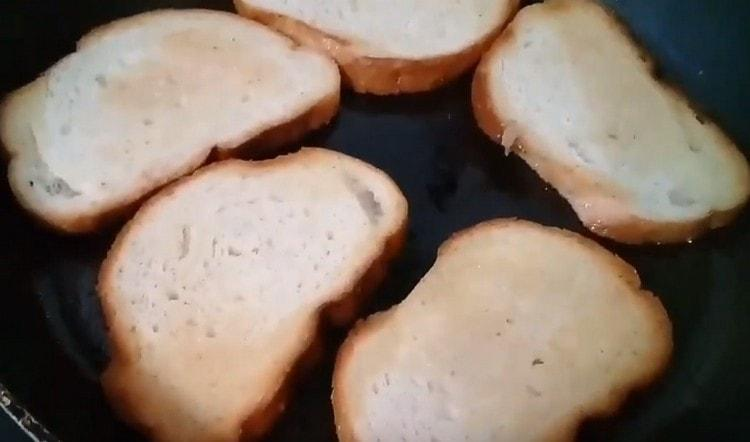 Обжариваем на сковороде со сливочным маслом несколько ломтиков багета.