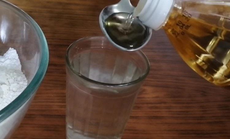 В кипяток добавляем растительное масло.
