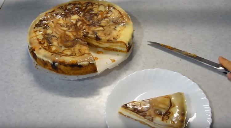 остывший десерт можно нарезать на порционные кусочки.