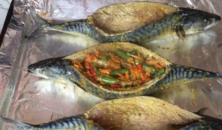 Для приготовления фаршированной скумбрии выложите начинку в рыбу