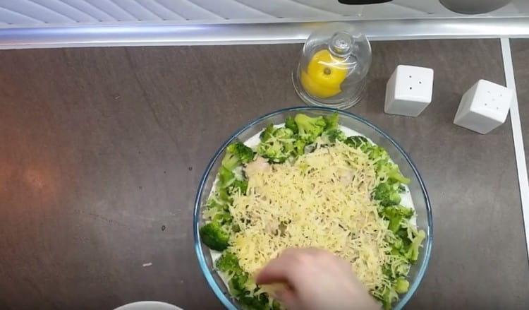 Посыпаем рыб сыром и возвращаем в духовку, чтобы он расплавился.