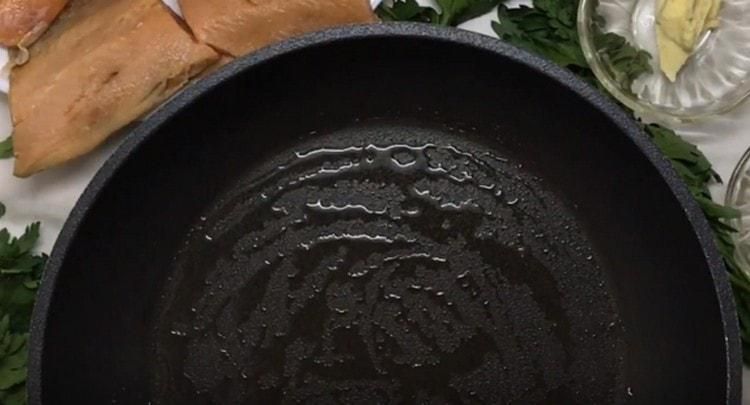 растапливаем на сковороде немного кокосового масла.