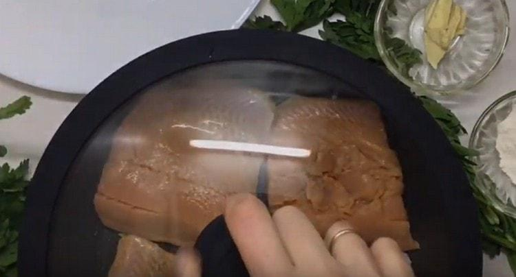 Выкладываем на сковороду кусочки горбуши и обжариваем под крышкой.