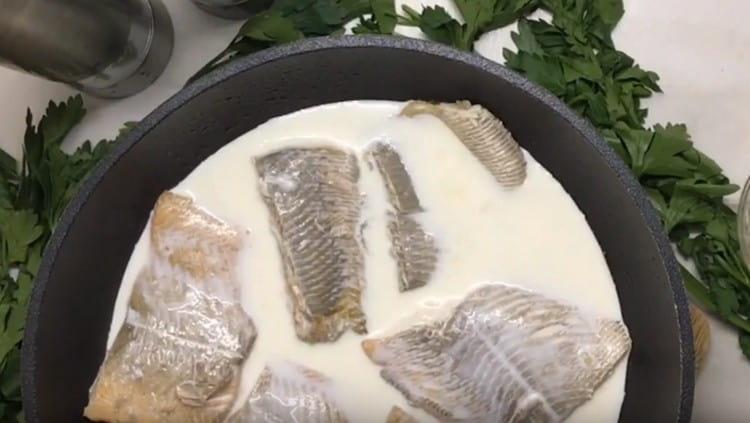 Добавляем к готовой рыбе сливки.