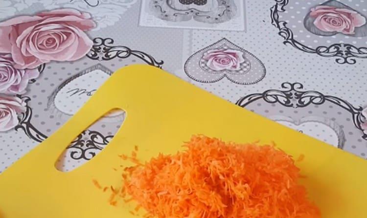 На мелкой терке натираем морковку.