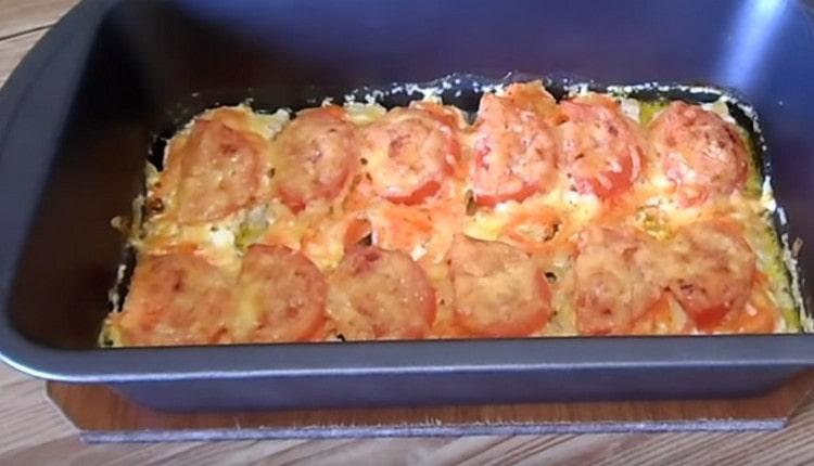 Запекаем горбушу с помидорами и сыром в духовке и может дегустировать замечательное блюдо.