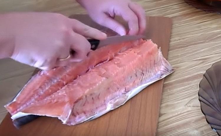 Аккуратно удаляем хребет и отделяем филе рыбы.