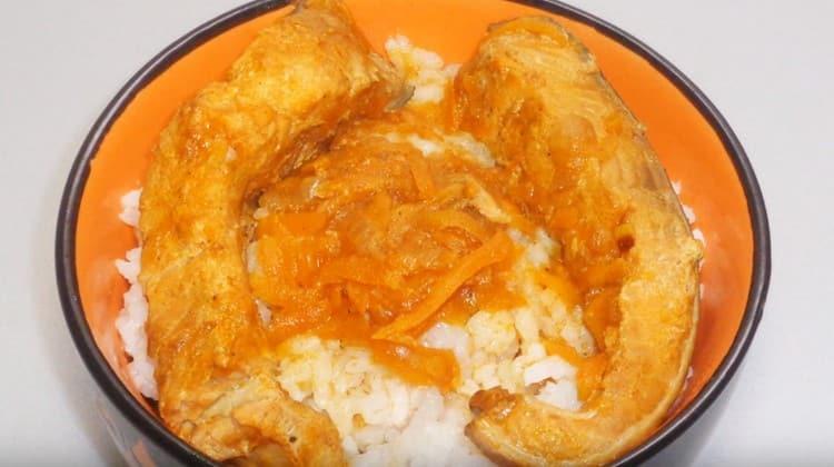 Горбуша, тушеная с морковью и луком, прекрасно сочетается с отварным рисом.