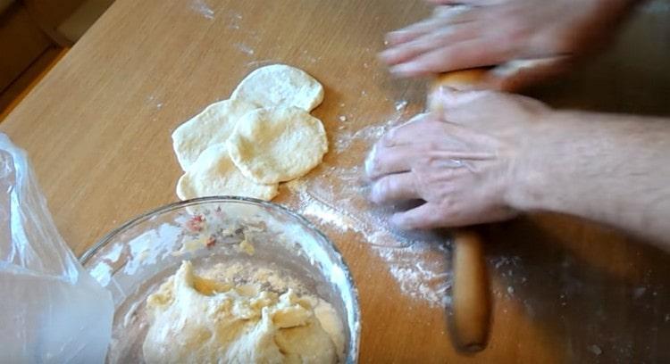 Заварное тесто для пирожков можно раскатывать и формировать выпечку.