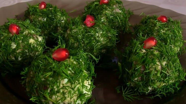 Такую закуску из сельди можно также украсить зернышками граната.
