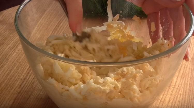 Тщательно перемешиваем яйца с картофелем и сыром.