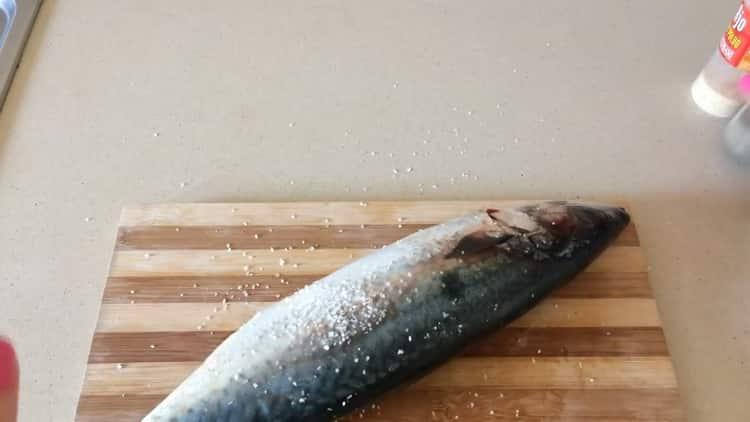 Для приготовления скумбрии в фольге в духовке подготовьте специи