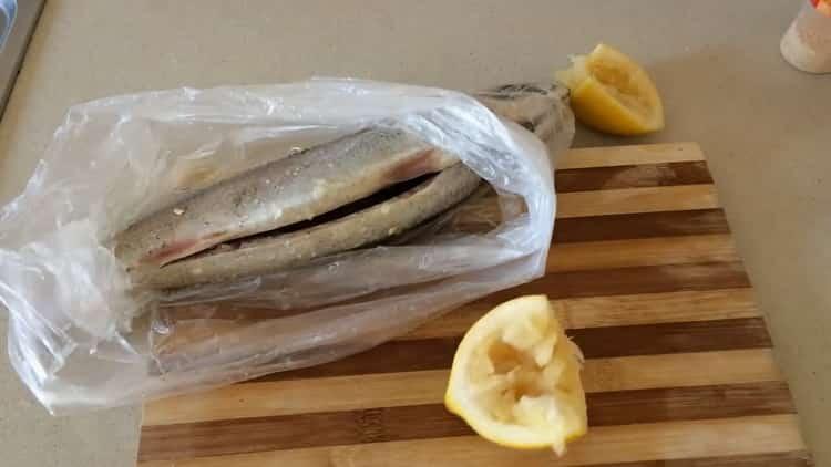 Для приготовления скумбрии в фольге в духовке посолите рыбу