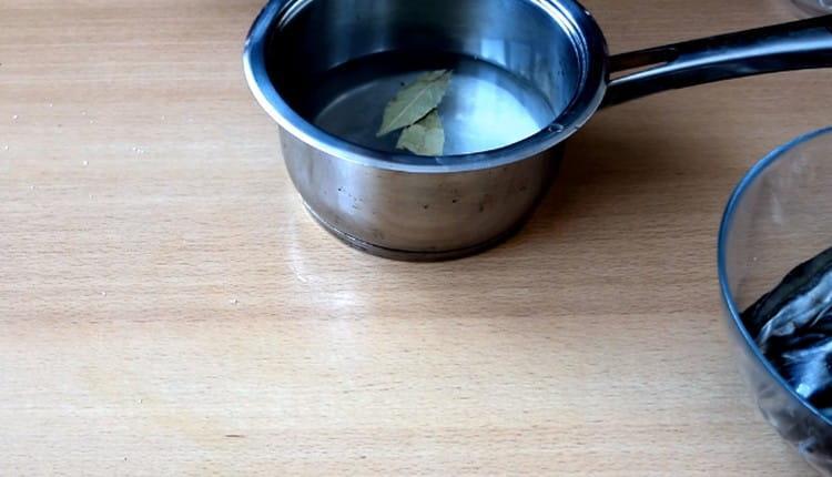 Для приготовления маринада в воду добавляем соль,, сахар, перец, лавровый лист.