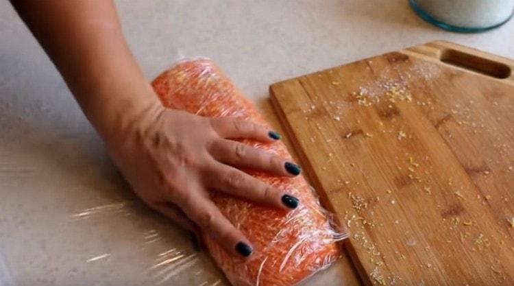Затем кусок филе нужно завернуть в пищевую пленку.