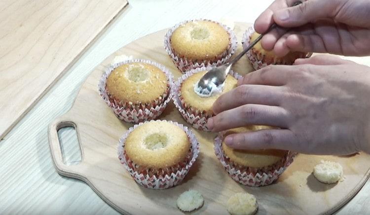 Ножом аккуратно вырезаем в капкейках выемки и наполняем их кремом.