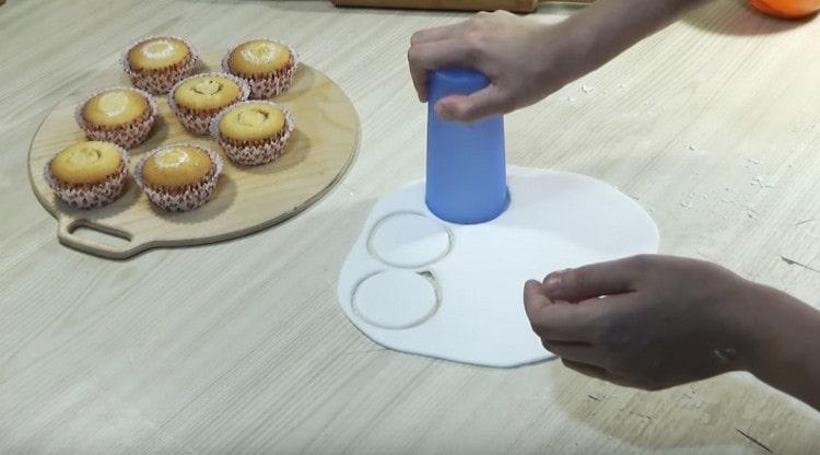Выдавливаем стаканом кружочки их мастики по размеру капкейков.