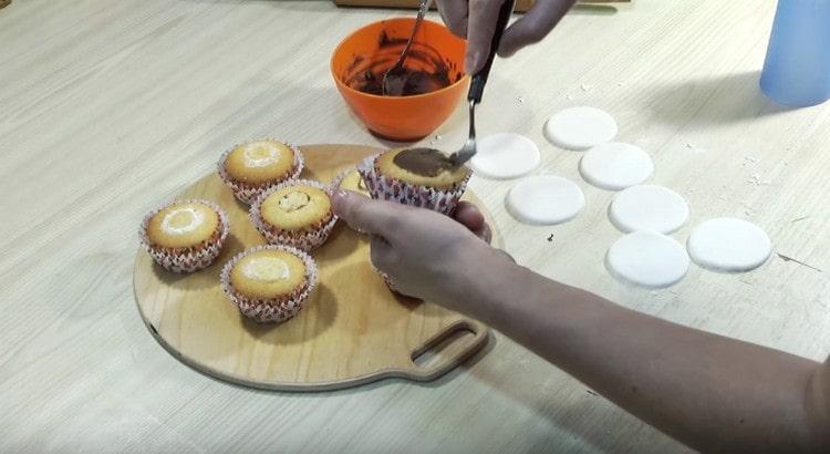 Каждое пирожное смазываем шоколадным ганашем.
