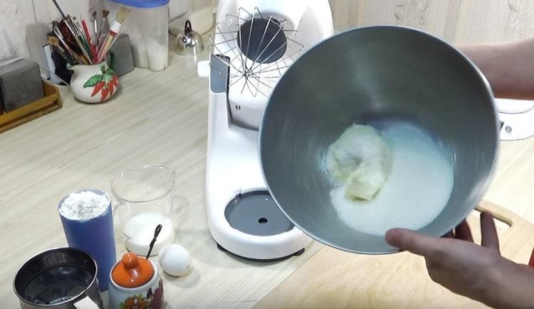 В чашу миксера выкладываем масло, добавляем сахар.