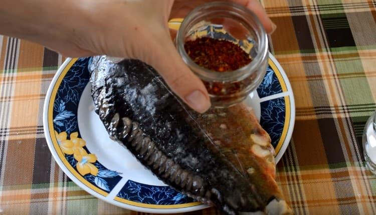 Натираем карпа также приправой для рыбы по своему вкусу.