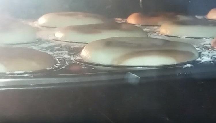 Отправляем формы с кексами в духовку.