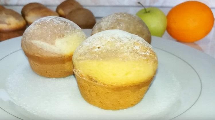 Кексы, приготовленные на сметане в силиконовых формочках, можно дополнительно посыпать сахарной пудрой.