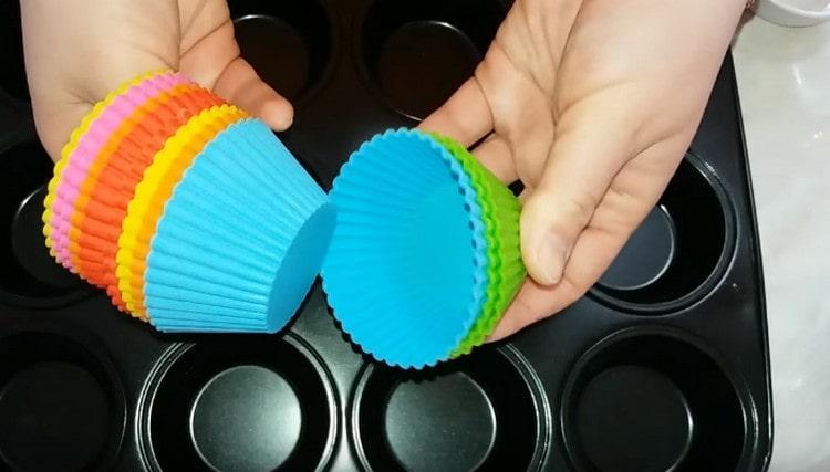 выпекать такие кексы можно как в металлических, так и в силиконовых формочках.