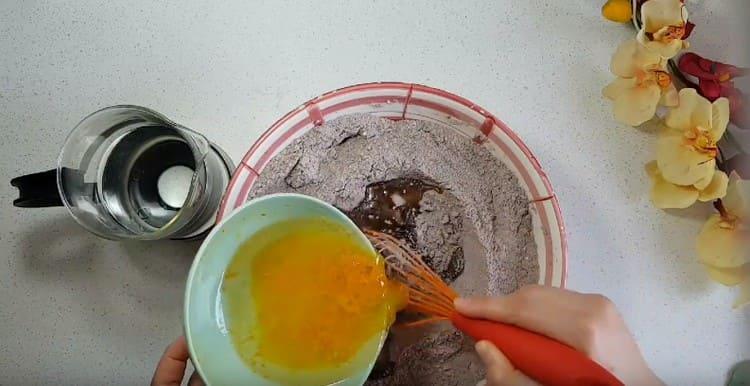 Добавляем апельсиновый сок и цедру, растительное масло.
