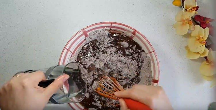 Вводим теплую воду и перемешиваем тесто до однородности.