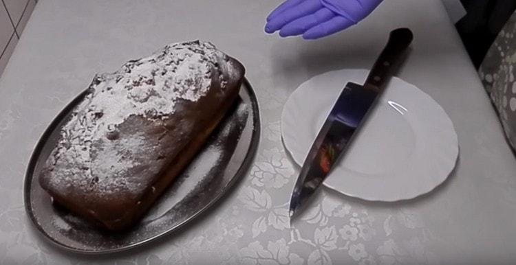 Готовую выпечку можно посыпать сахарной пудрой.