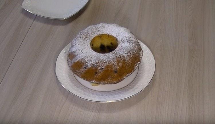 Приготовленный по такому рецепту кекс на сметане можно дополнительно украсить сахарной пудрой.