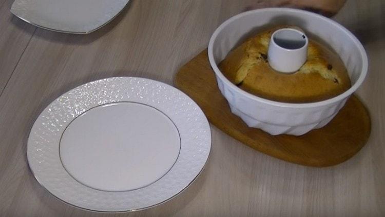 Минут 10 готовый кекс должен постоять еще в форме.