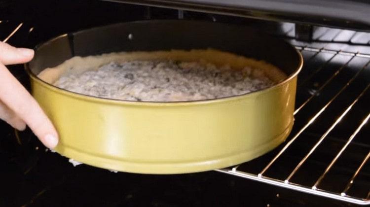 Отправляем пирог в духовку.