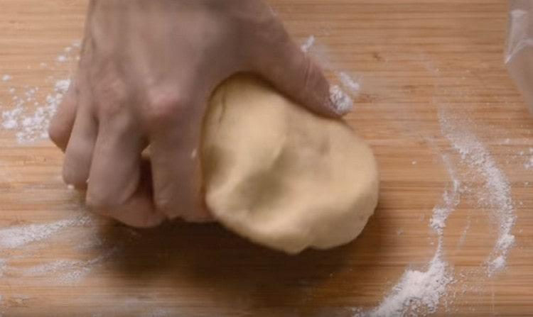 Замешиваем тесто и помещаем его в холодильник.