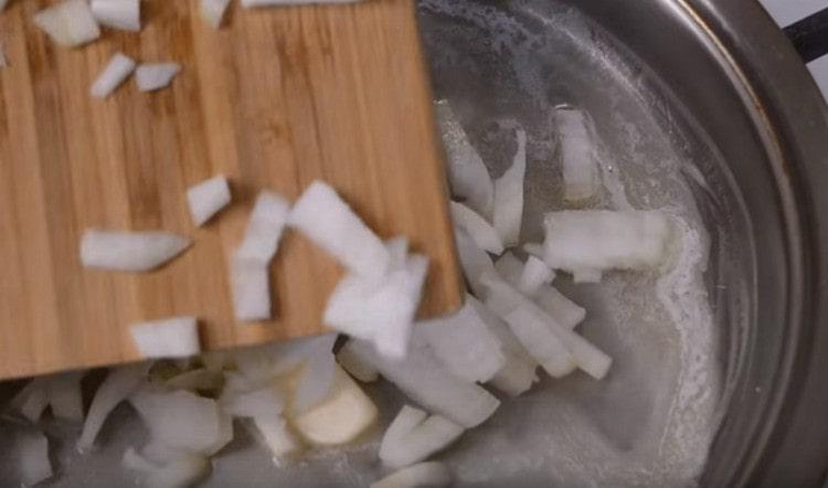 Выкладываем лук обжариваться на сливочном масле.