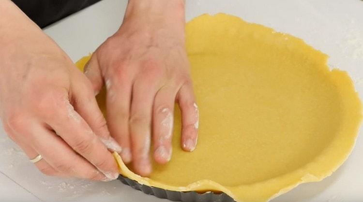 Формируем основу для пирога с бортиками.