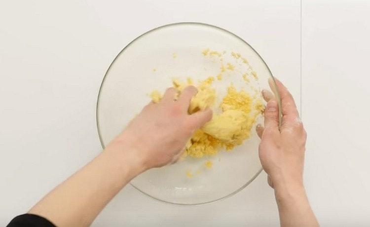 Замешиваем песочное тесто.