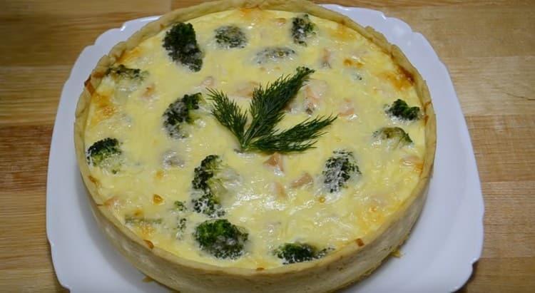 Готовый пирог можно украсить веточками свежей зелени.