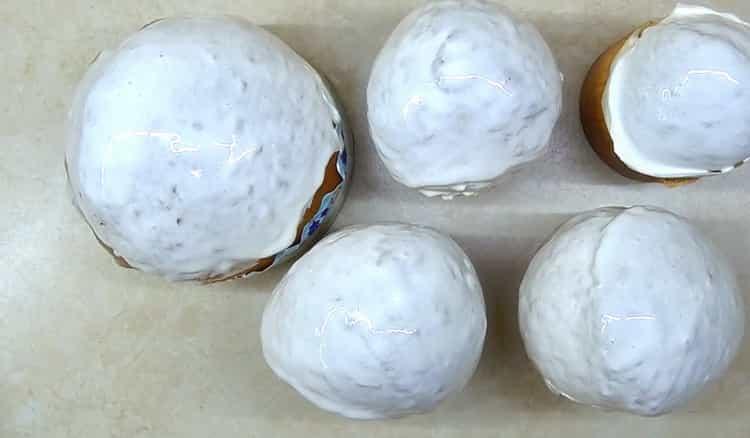 Для приготовления классического кулича по простому рецепту покройте глазурью