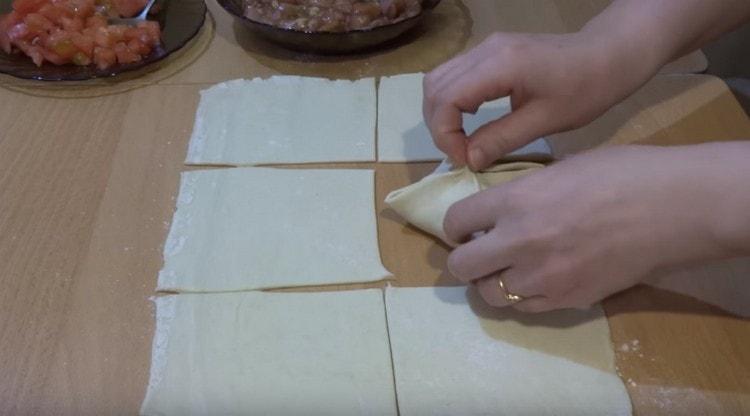 Соединяем уголки теста крест-на-крест, делая конвертик.