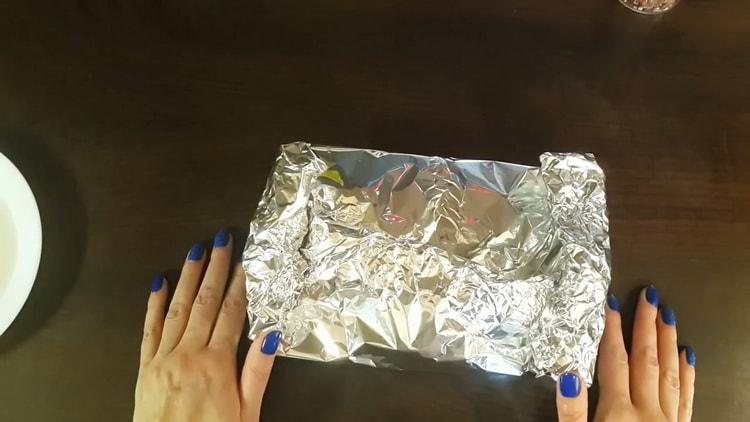 Для приготовления красной рыбы в фольге в духовке, сформуйте конверт