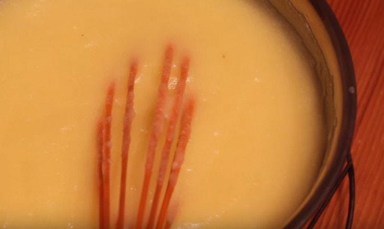 Вводим яичную массу в горячее молоко и увариваем крем до загустения.
