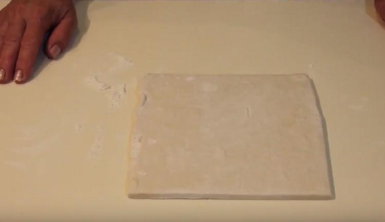 Размораживаем слоеное бездрожжевое тесто.