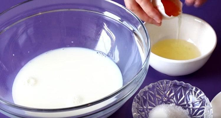 Молоко подогреваем, яйца разделяем на белки и желтки.