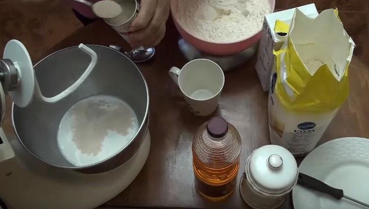 В теплом молоке растворяем дрожжи, добавляем сахар.