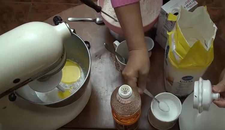 Добавляем также соль и растительное масло.